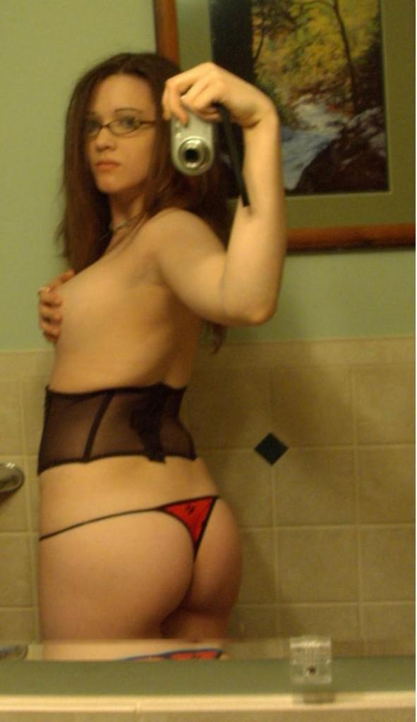 rödhårig tjej med glasögon rakad mus